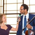 Moderatorin Gisela Steinhauer mit Francis Norman, der für den musikalischen Rahmen sorgte | Jahresempfang der Handelsverbände 2014 | © HV NRW