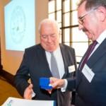 Friedrich G. Conzen bekommt die höchste Auszeichnung der deutschen Einzelhandelsorganisation von HDE-Präsident Josef Sanktjohanser überreicht | Jahresempfang der Handelsverbände 2014 | © HV NRW