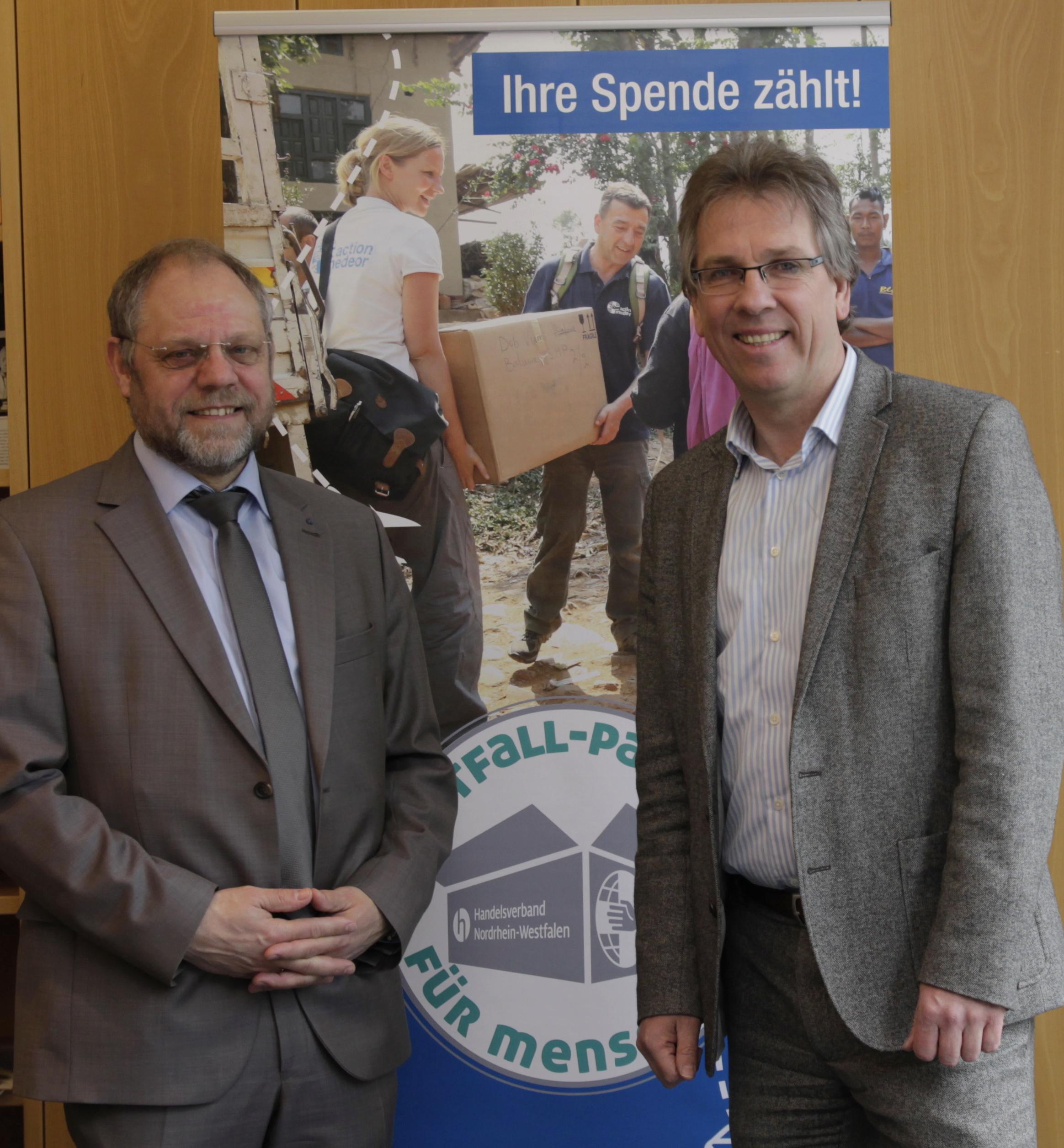 """Bernd Pastors, Vorstandssprecher action medeor, und Michael Radau, Präsident des Handelsverbandes NRW, gaben den Startschuss für die gemeinsame Kampagne """"Notfallpakete für Menschen"""" // Foto: Ulrike Schwan"""